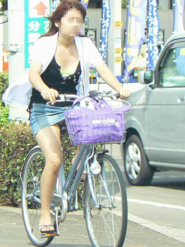 自転車に乗ってパンチラ (15)