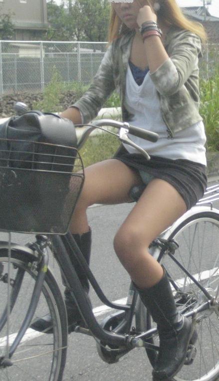自転車に乗ってパンチラ (10)