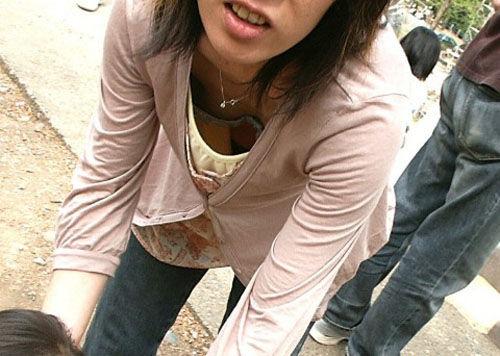 隙間から、うっかり胸チラ (2)
