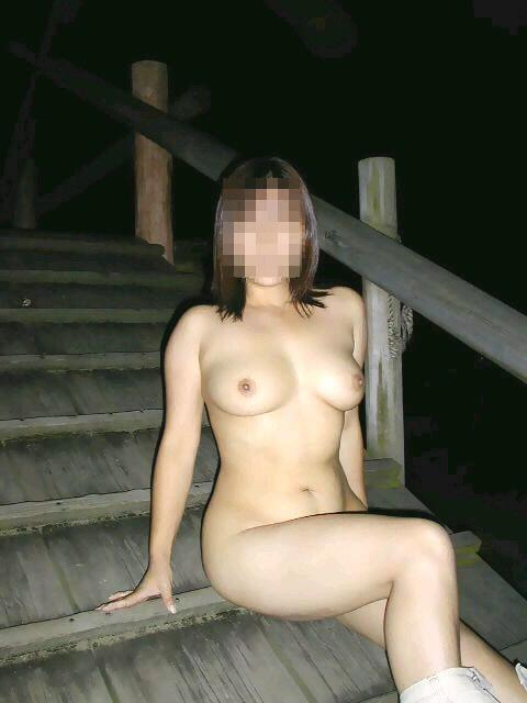 露出する女性 (2)