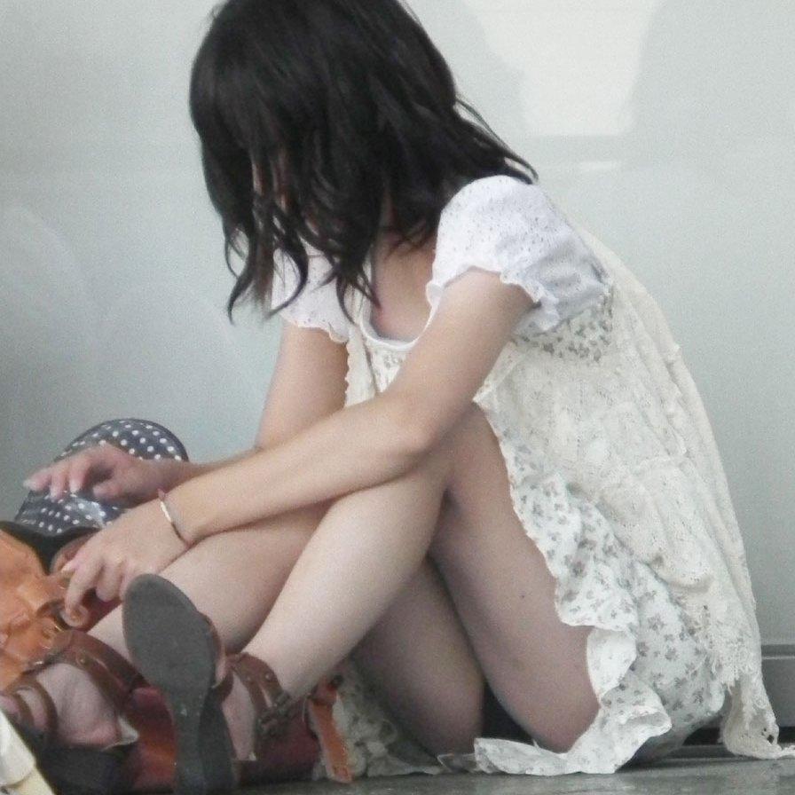 うっかり座ってパンチラ (1)