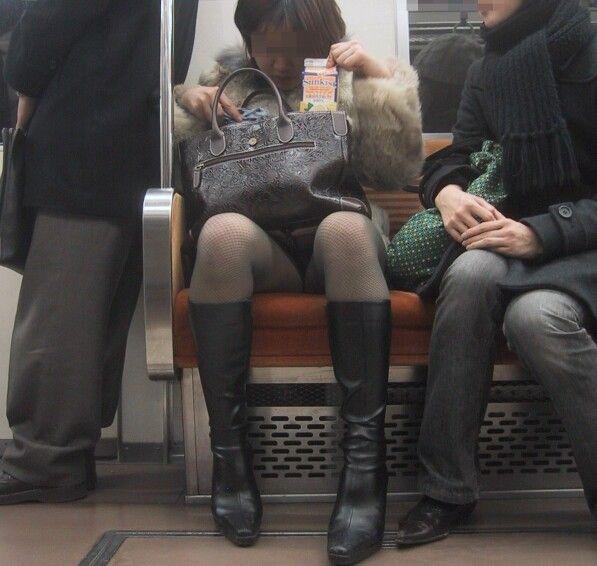 パンチラしながら座ってる (3)