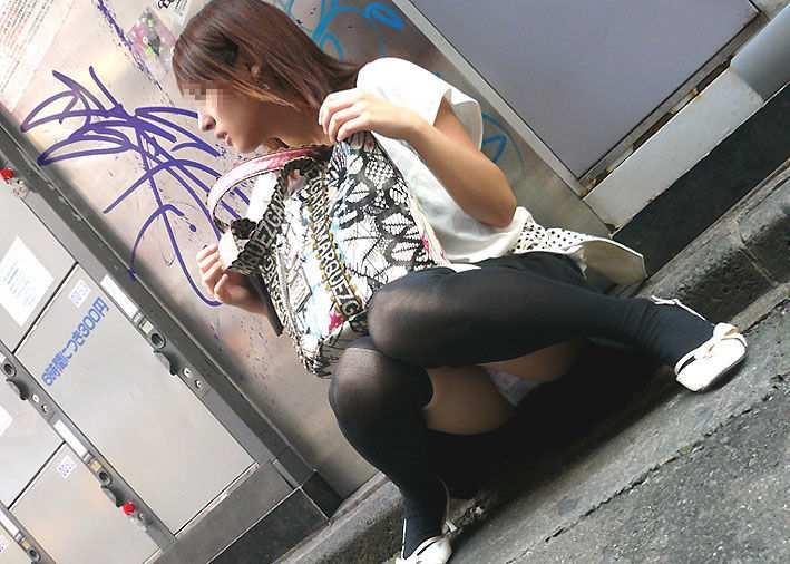 パンチラしながら座ってる (1)