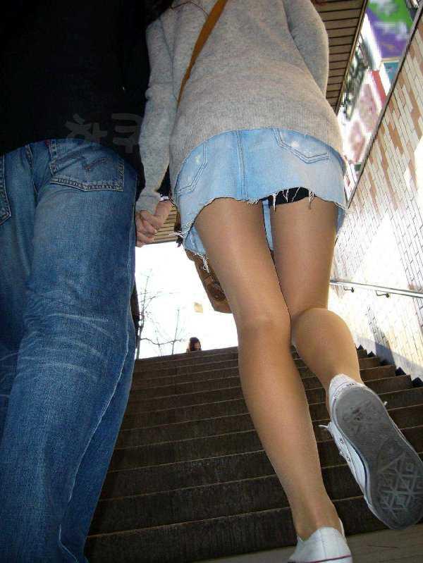 階段でパンチラしてる (18)