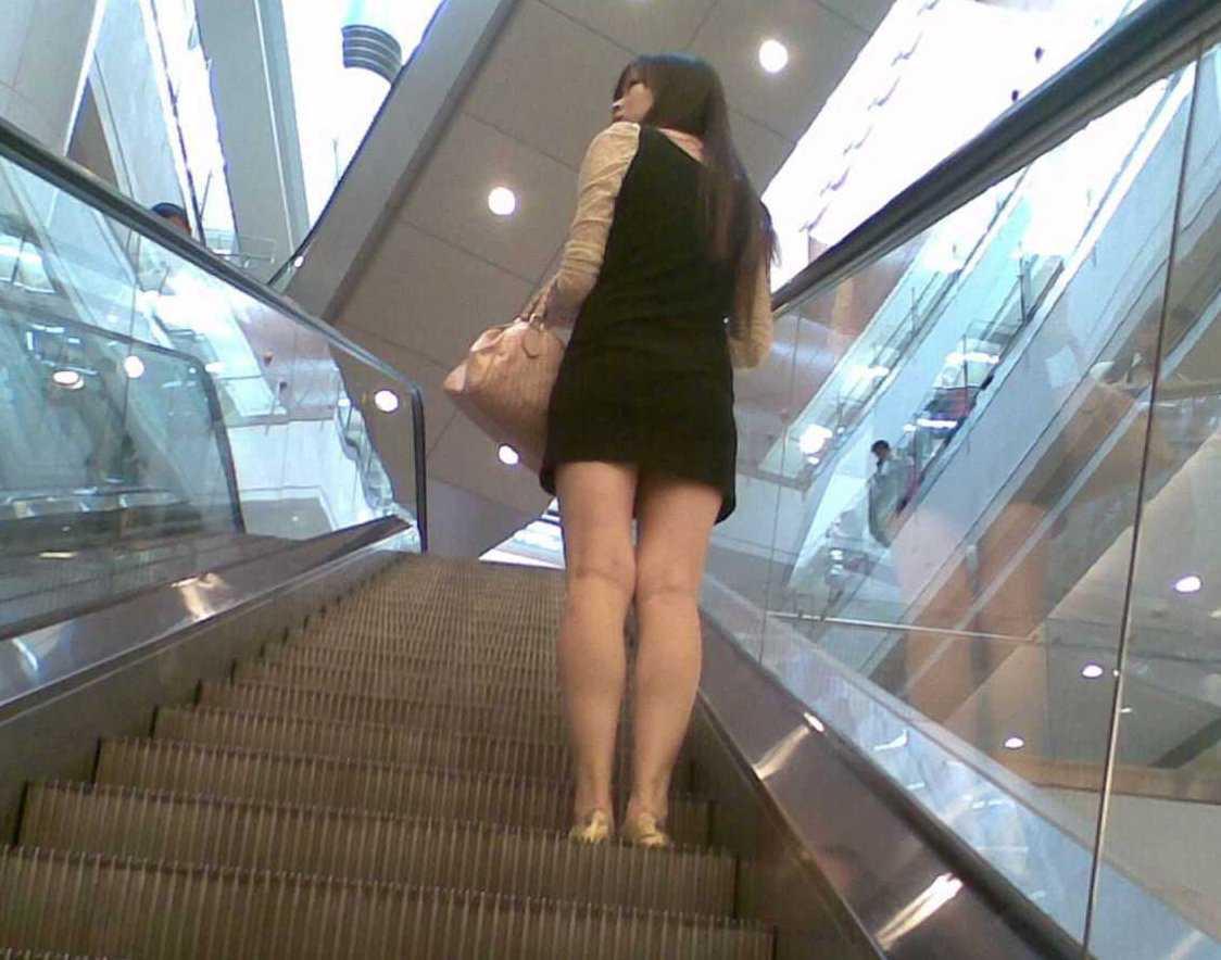 階段でパンチラしてる (12)