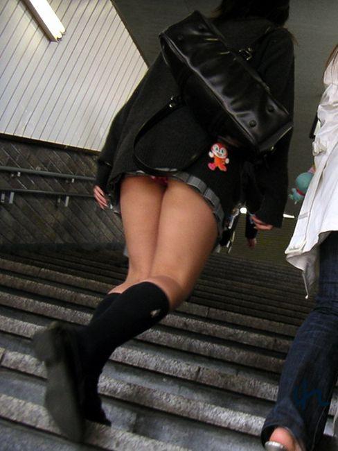 階段でパンチラしてる (3)