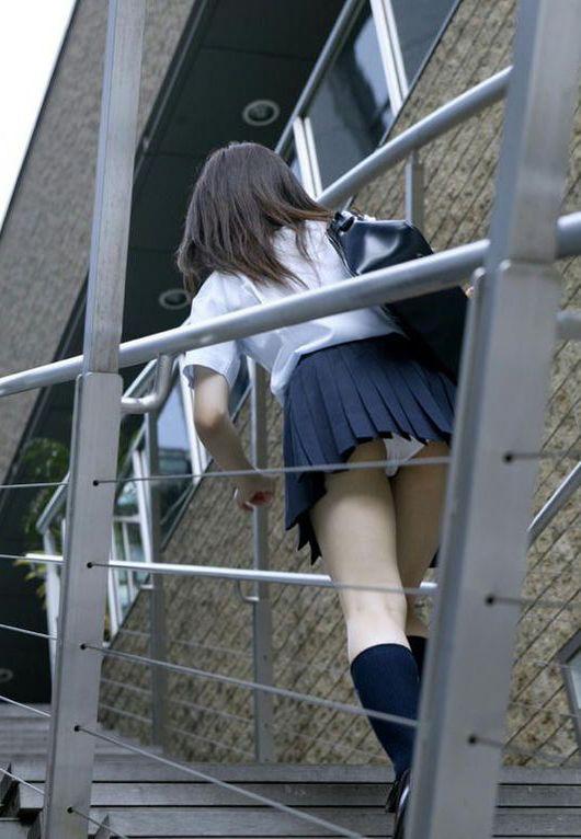 階段でパンチラしてる (7)