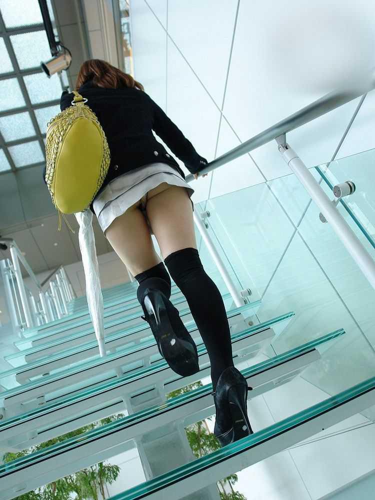 階段でパンチラしてる (14)