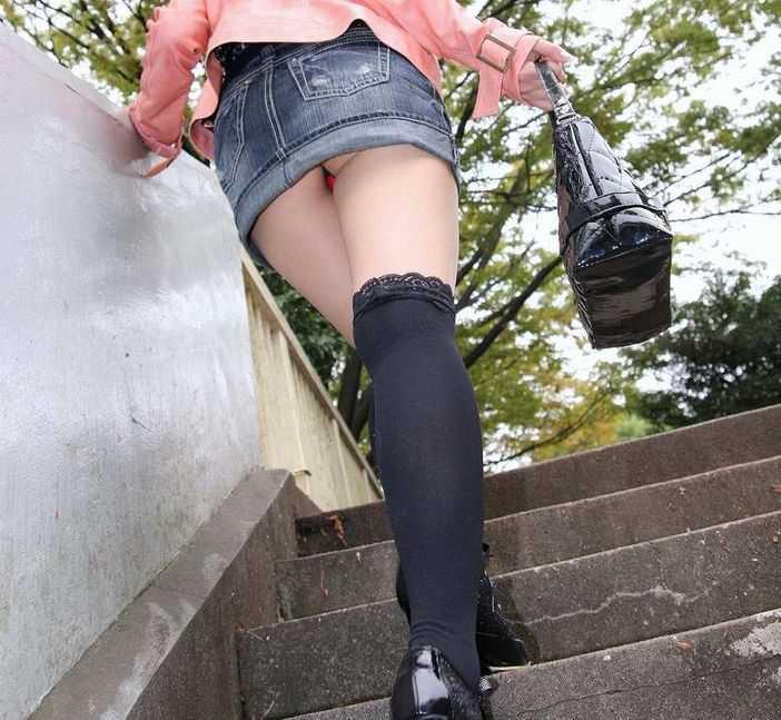 階段でパンチラしてる (13)