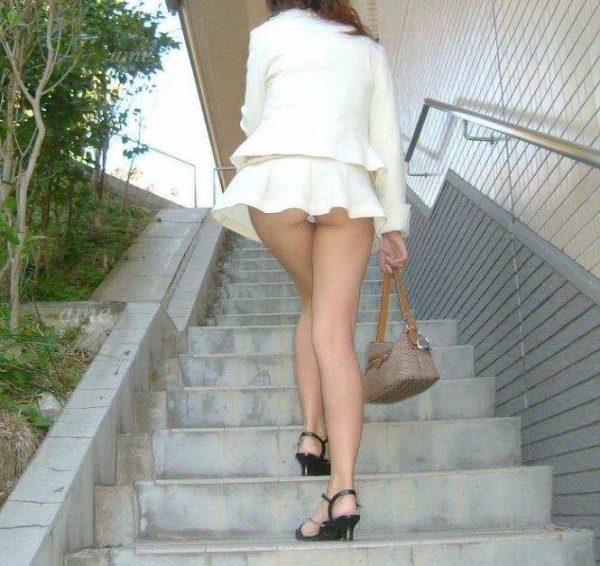 階段の上でパンチラ (5)