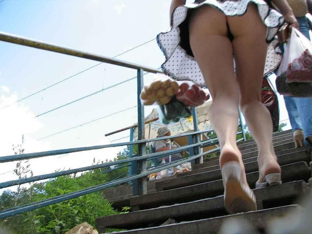階段の上でパンチラ (7)