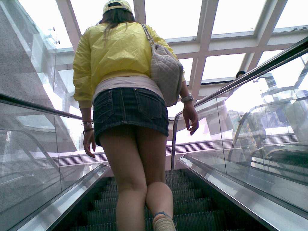 階段の上でパンチラ (2)