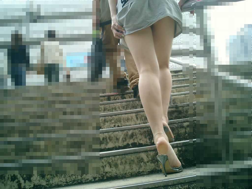 階段の上でパンチラ (12)