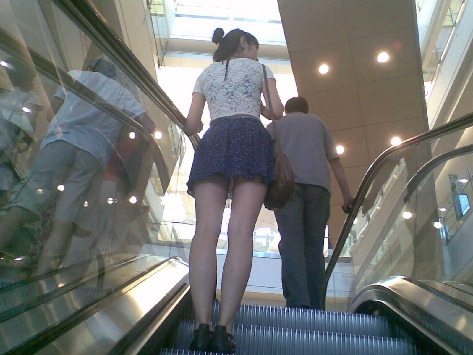 階段の上でパンチラ (17)