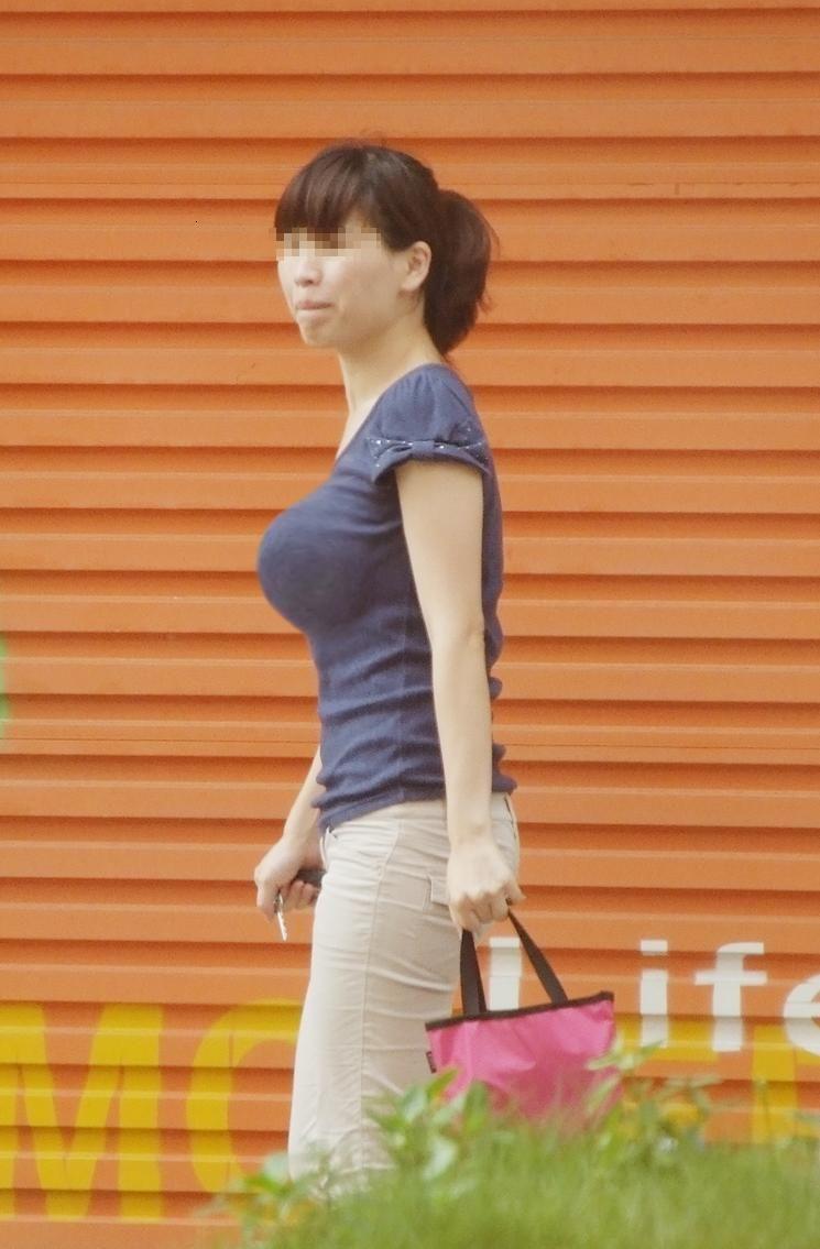 街を歩く巨乳女性 (8)