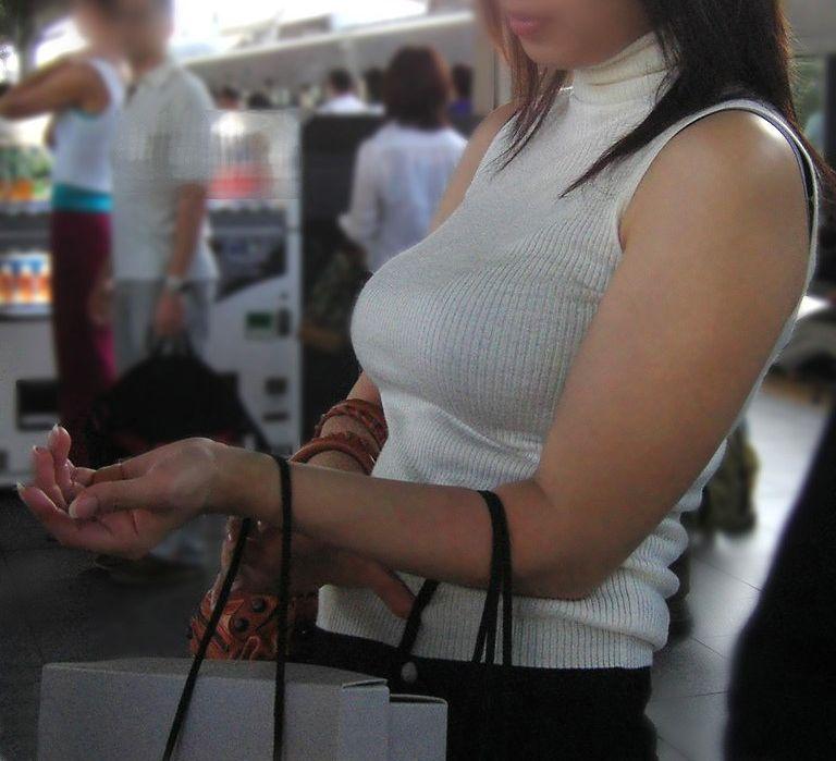 街を歩く巨乳女性 (4)