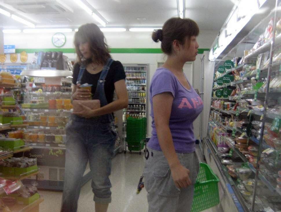 街を歩く巨乳女性 (5)