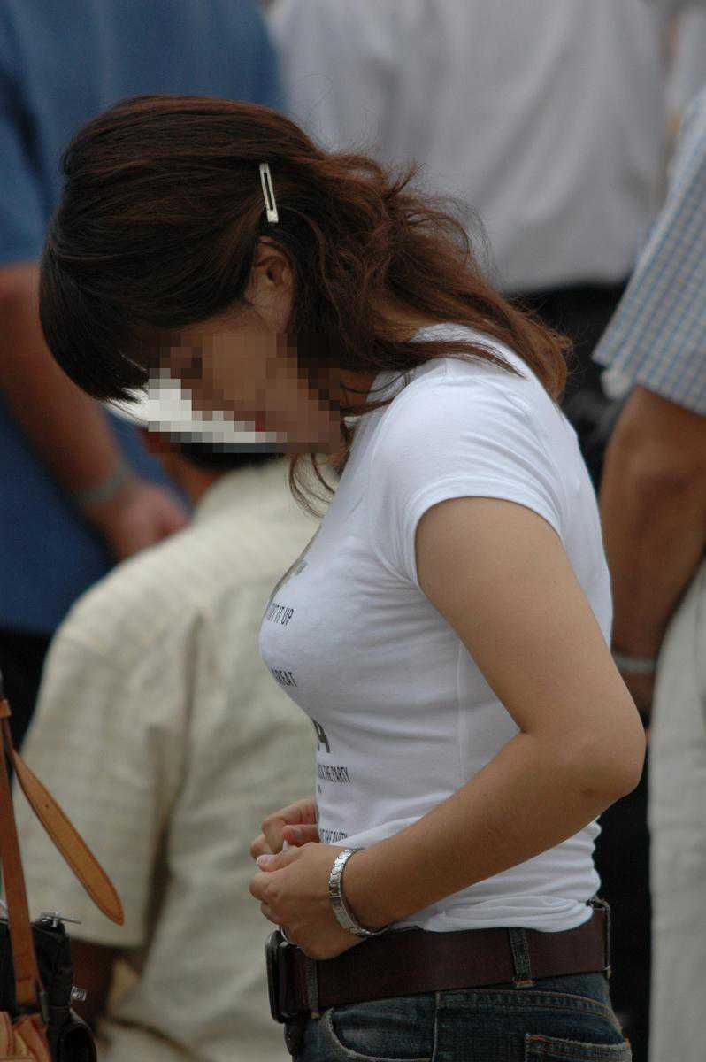 街を歩く巨乳女性 (15)