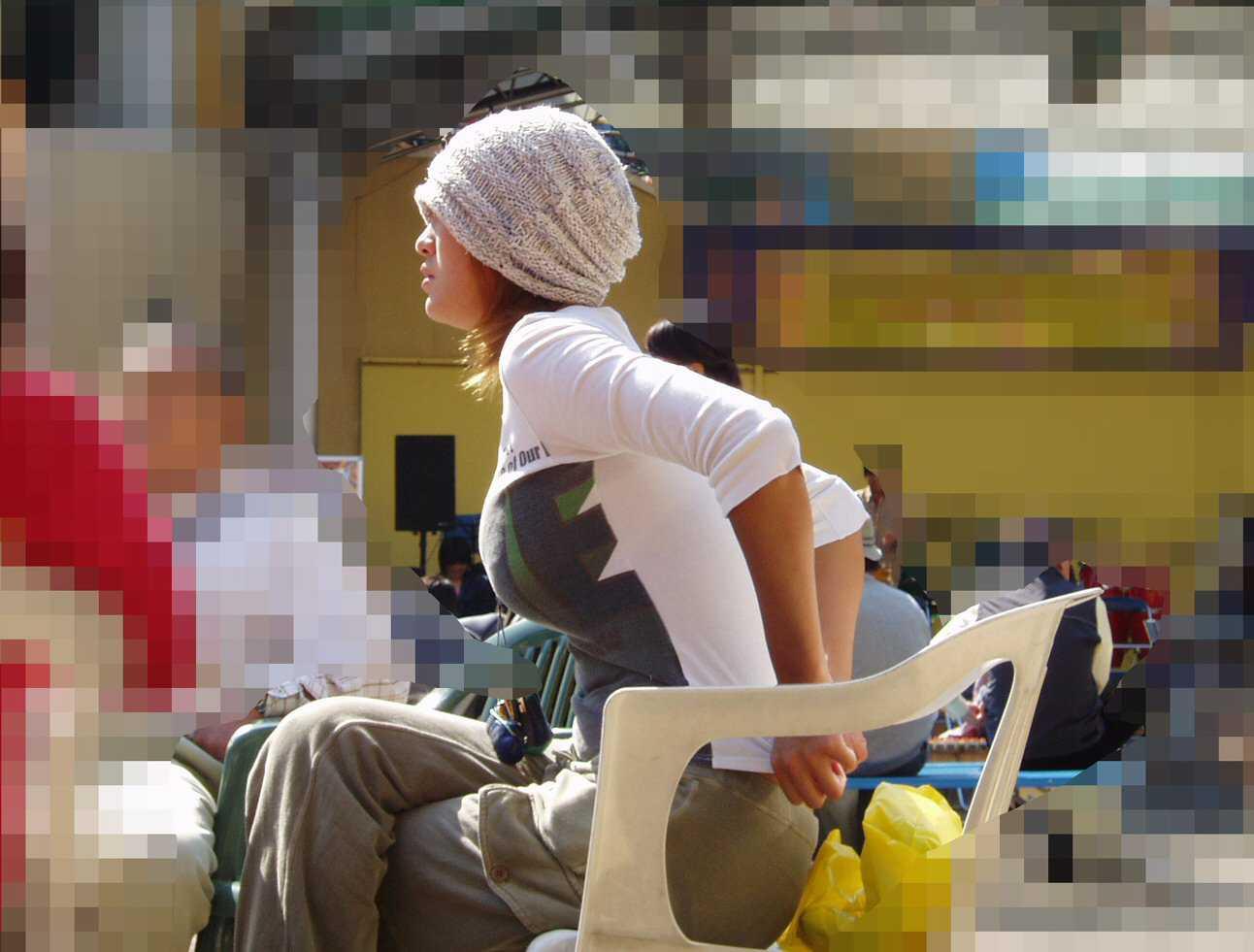 街を歩く巨乳女性 (17)
