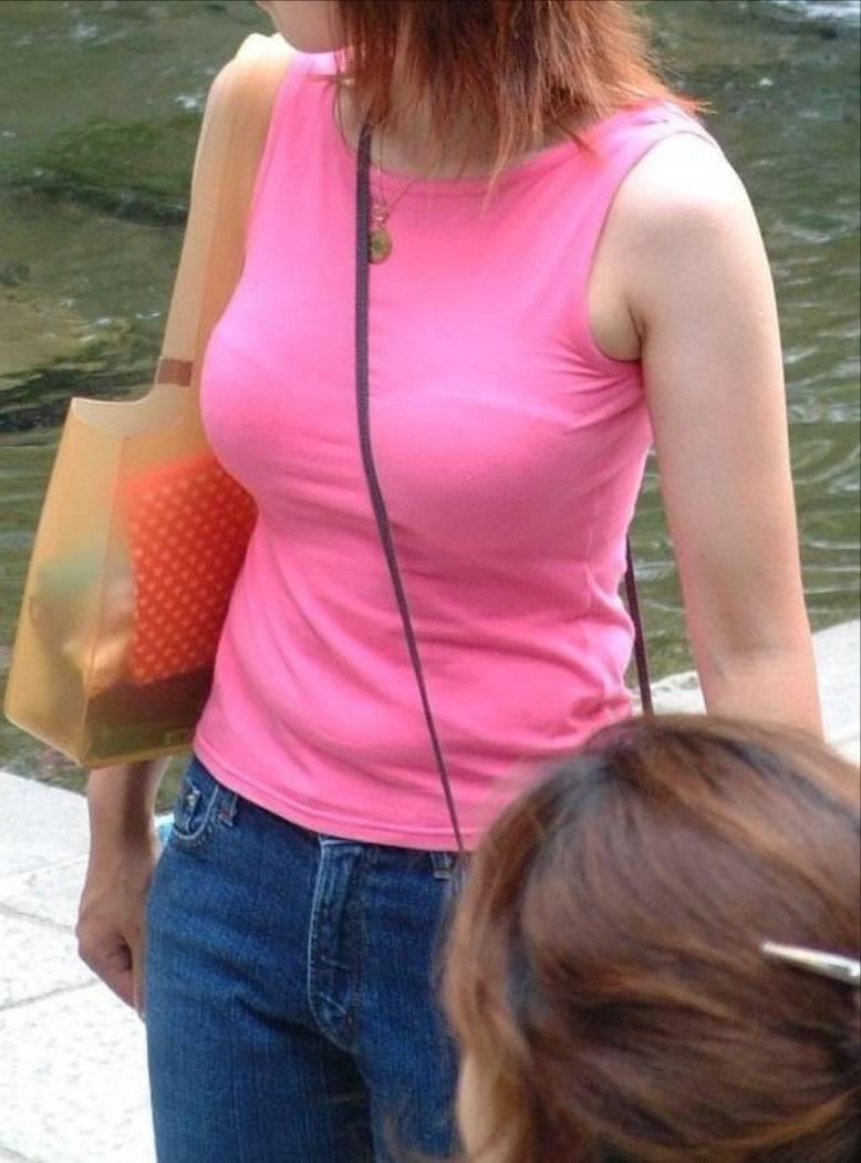 街を歩く巨乳女性 (7)