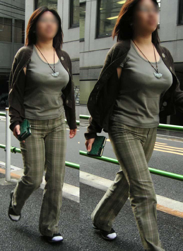 街を歩く巨乳女性 (9)