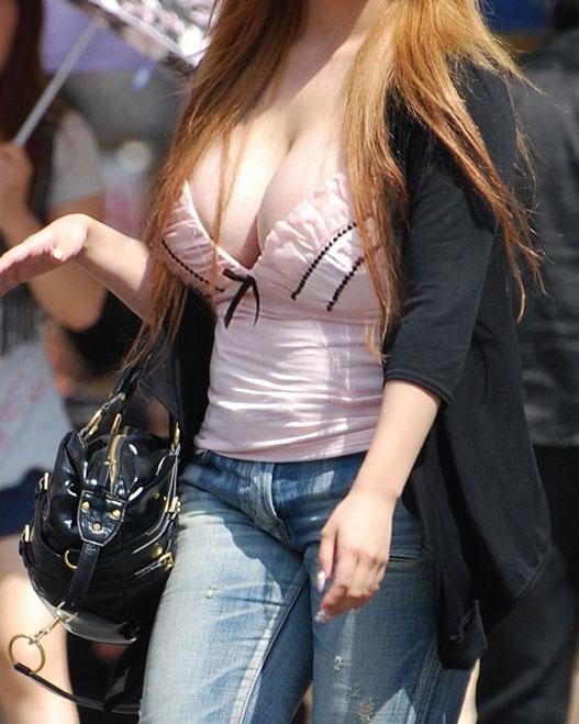 街を歩く巨乳女性 (20)