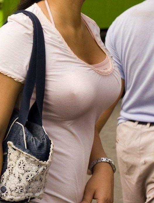 街を歩く巨乳女性 (1)