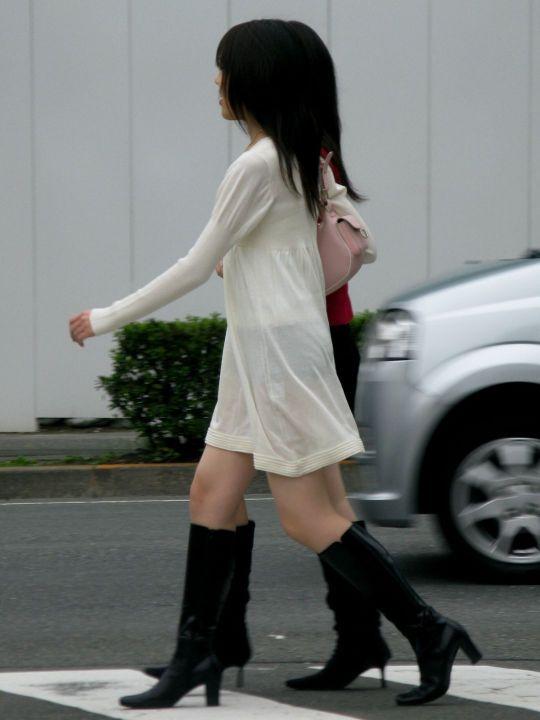 パンツが透けてる女性 (2)