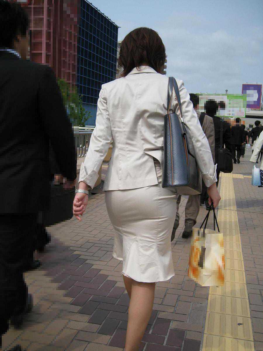 パンツが透けてる女性 (18)
