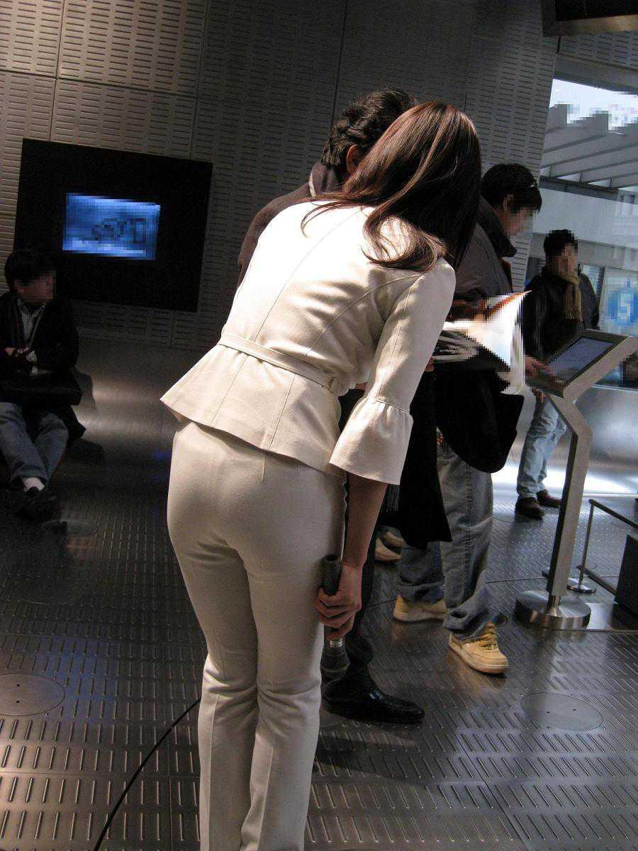 パンツが透けてる女性 (4)