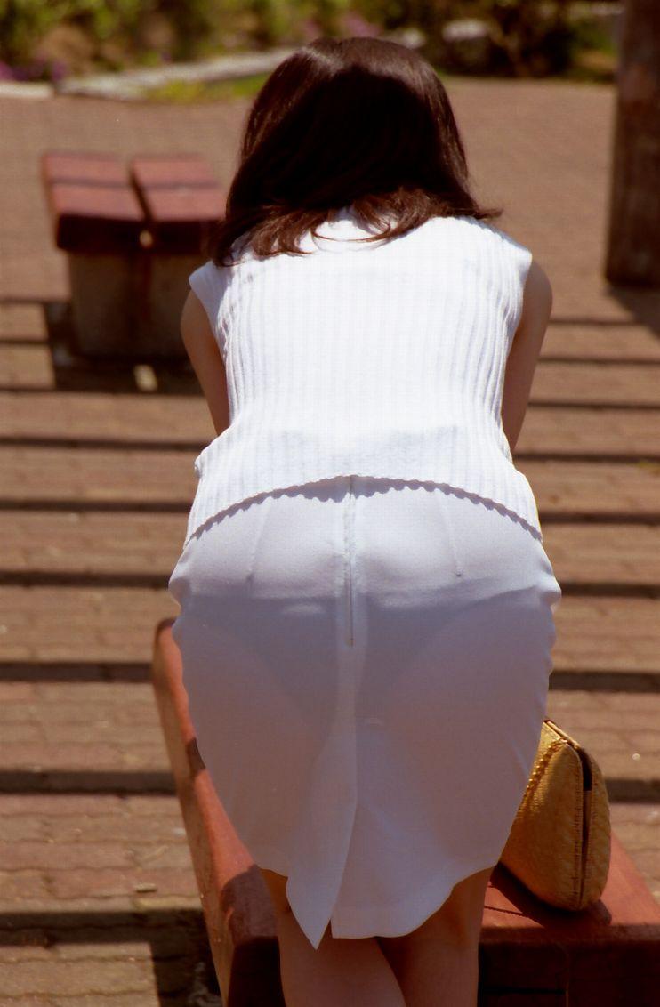 パンツが透けてる女性 (1)