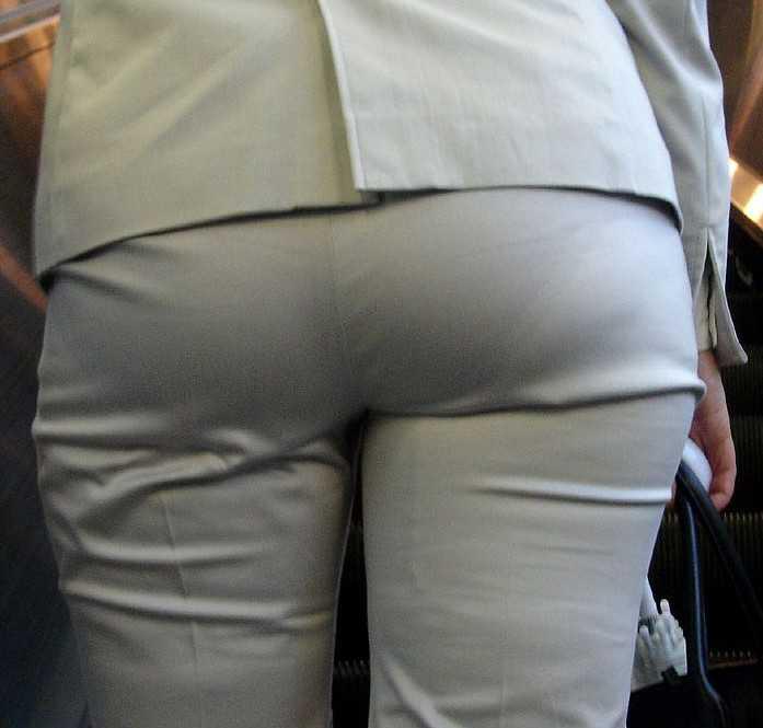 パンツが透けてる女性 (8)