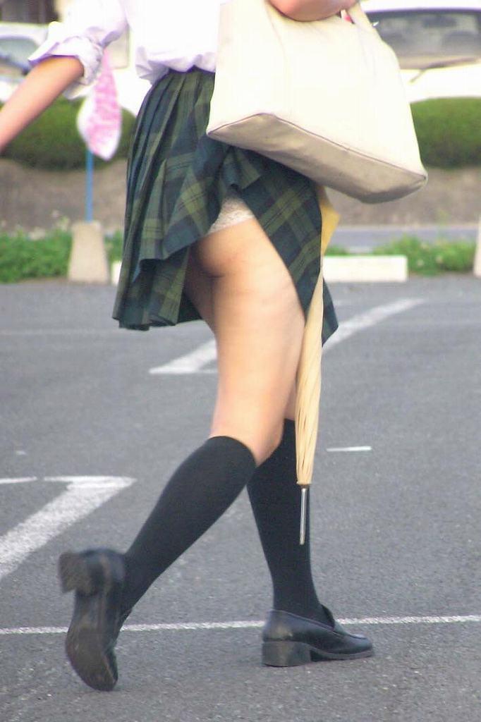 JKのパンツと太腿 (1)