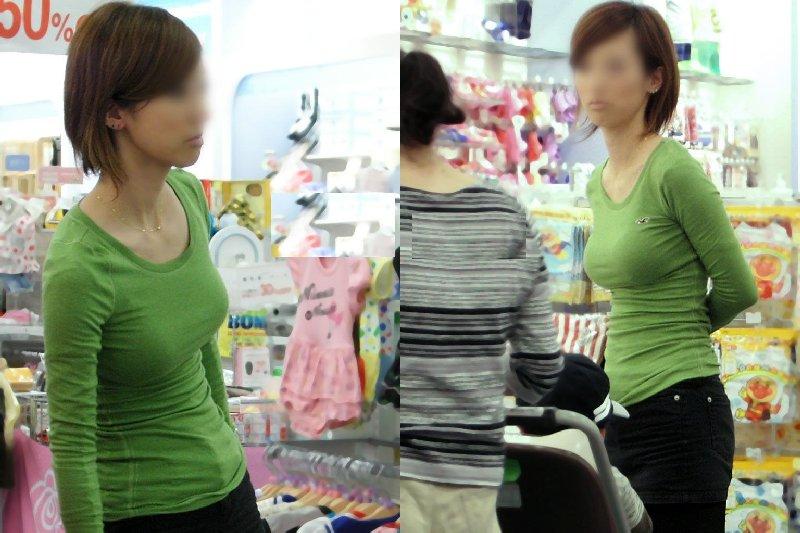 服の中の巨乳 (10)