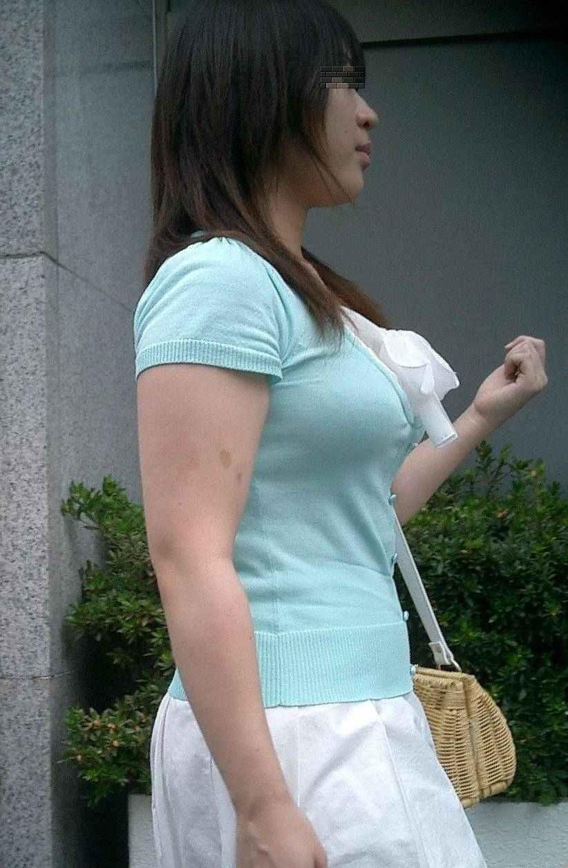 服の中の巨乳 (6)