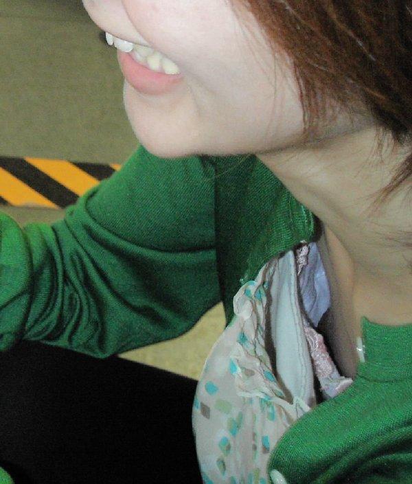 ハプニング胸チラ (14)