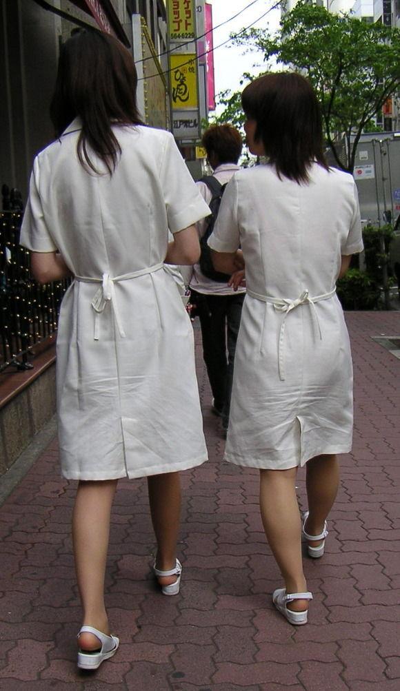 透けパンで歩く (3)