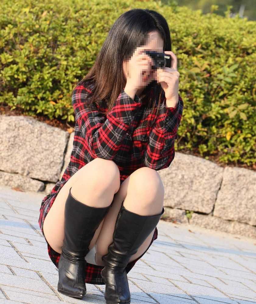 しゃがんでもパンチラ (15)