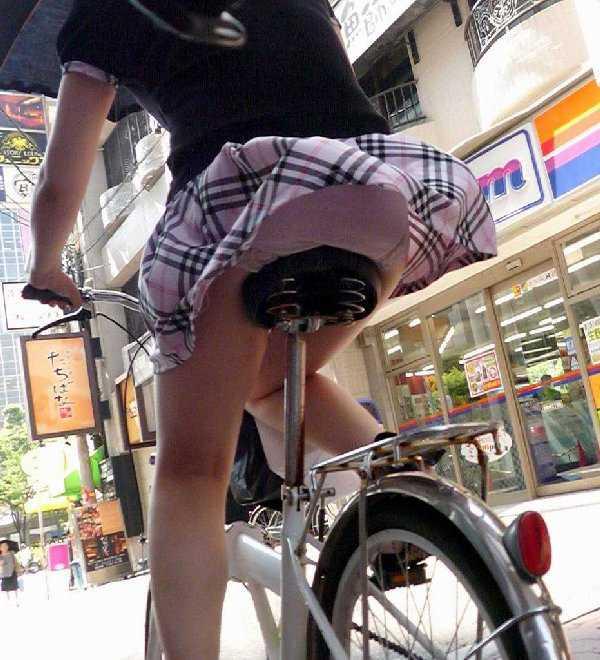自転車でパンツ見せ (1)