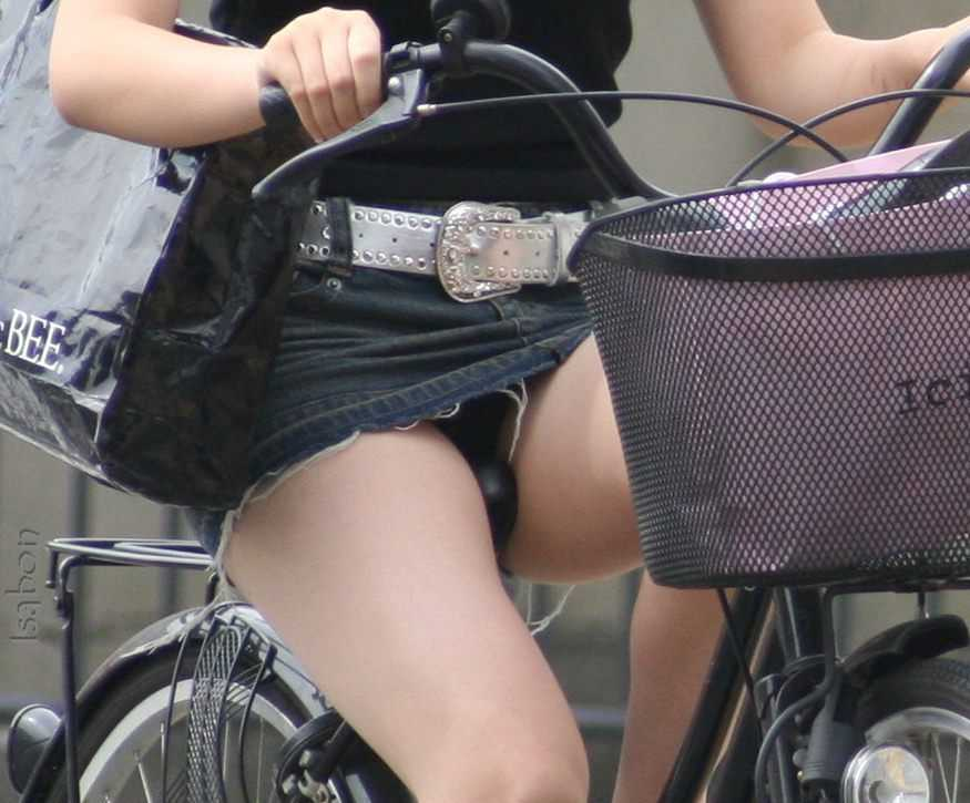 自転車でパンツ見せ (17)