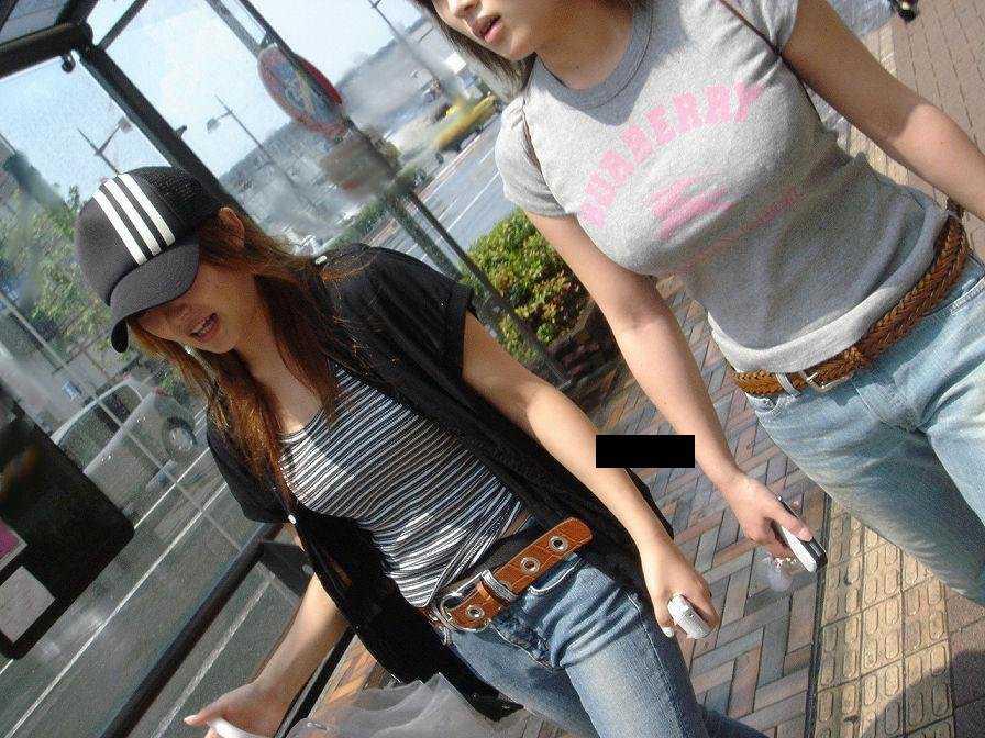 服の中に潜む巨乳 (8)