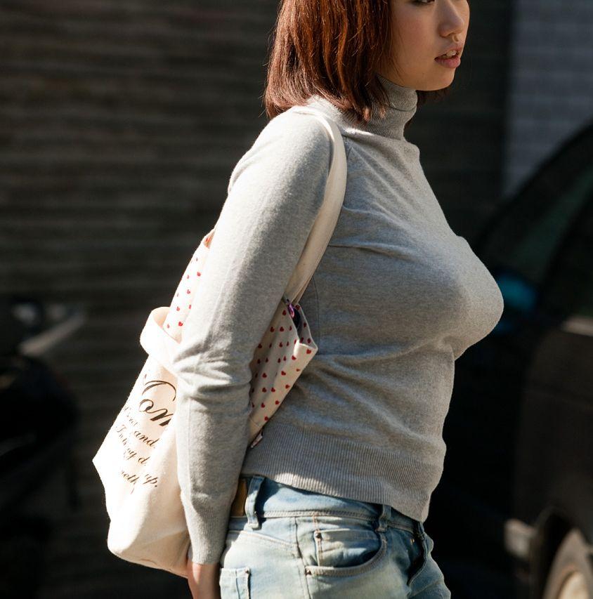 服の中に潜む巨乳 (1)