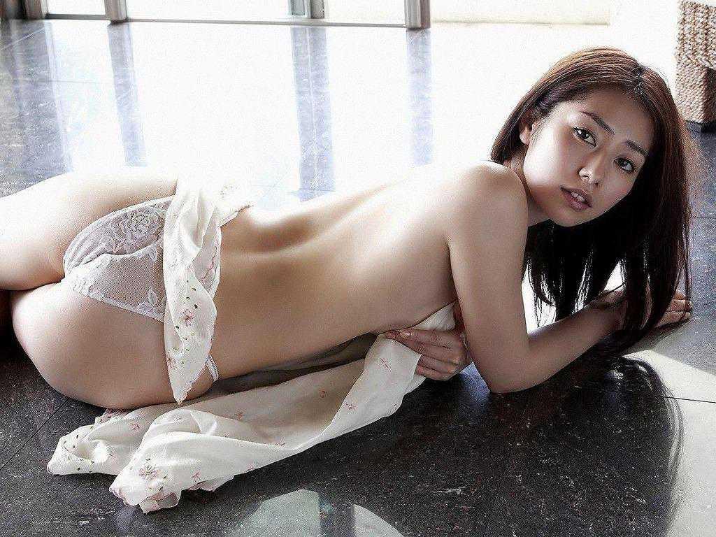 下着を脱ぐ女性 (11)