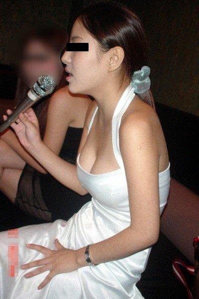 女性の胸がチラリ (17)