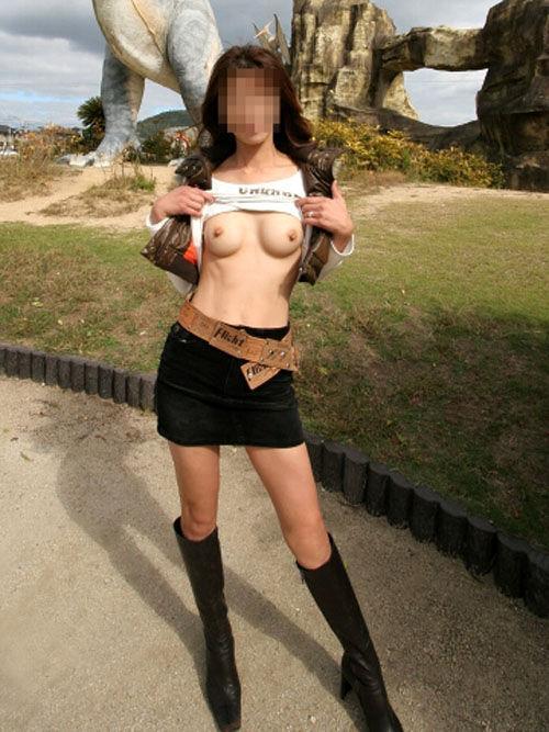 野外で脱衣する (2)