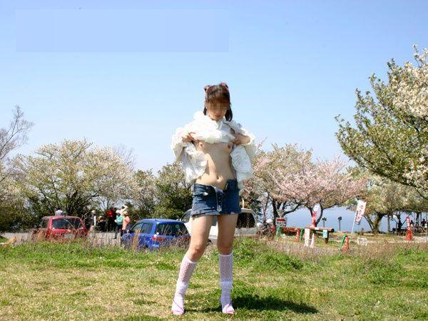 野外で脱衣する (6)