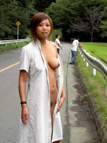 野外で脱衣する (11)