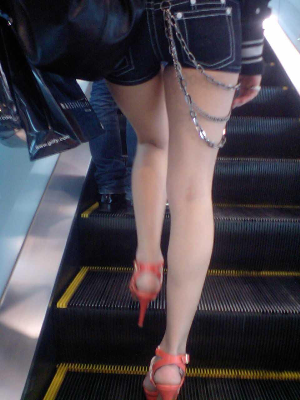 ショートパンツから伸びる脚 (16)