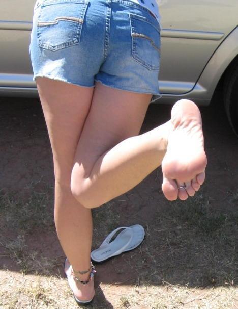 ショートパンツから伸びる脚 (8)