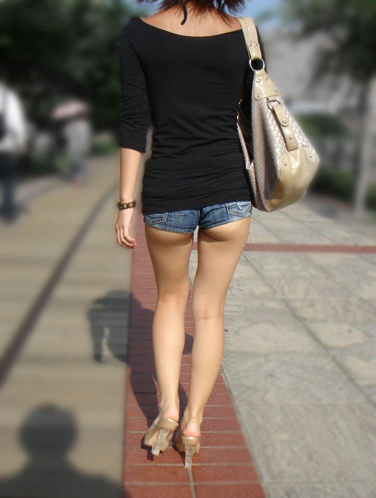ショートパンツから伸びる脚 (11)